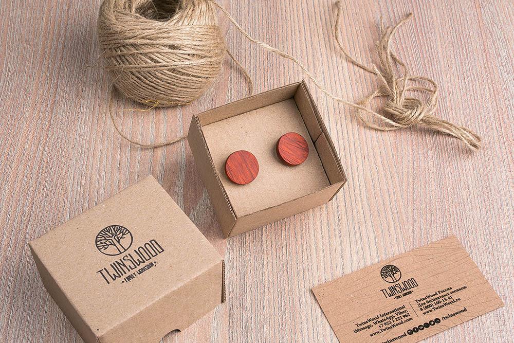 Круглые запонки из дерева.  Африканский падук. Три цвета фурнитуры на выбор. Гравировка инициалов или логотипа. Упаковка в комплекте