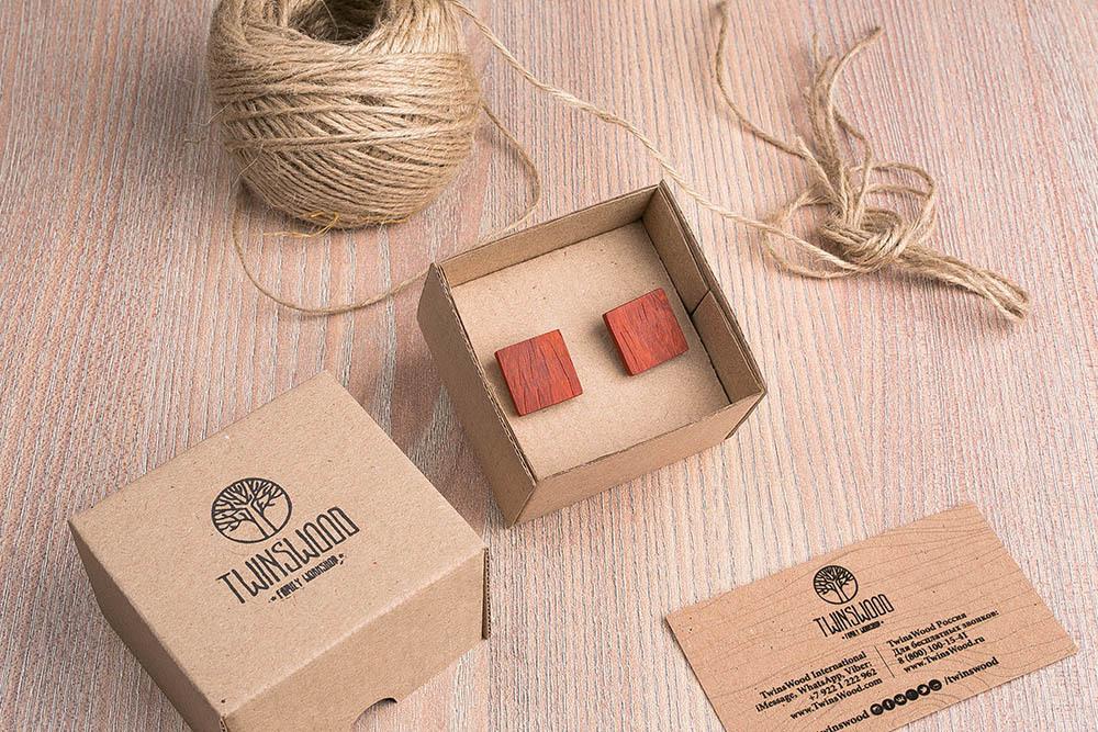 Квадратные запонки из дерева.  Африканский падук. Три цвета фурнитуры на выбор. Гравировка инициалов или логотипа. Упаковка в комплекте