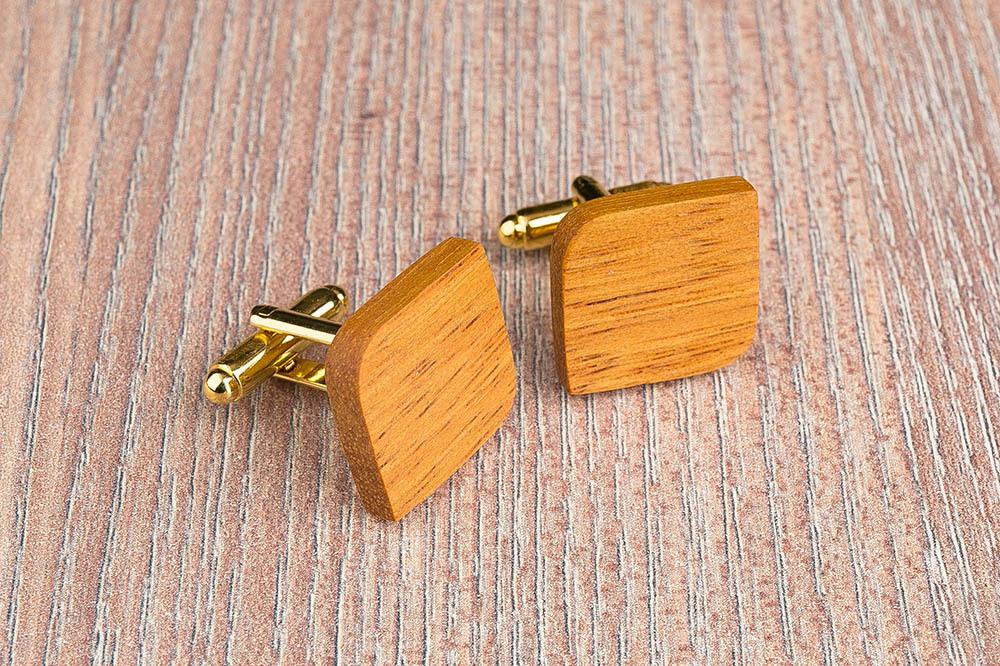 Запонки из дерева.  Африканская кусия. Форма - скругленный прямоугольник. Три цвета фурнитуры на выбор. Гравировка инициалов или логотипа. Упаковка в комплекте