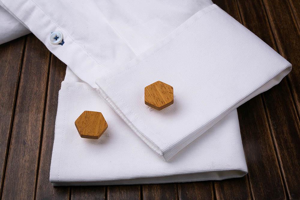 Запонки из дерева.  Африканская кусия. Форма - шестигранник. Три цвета фурнитуры на выбор. Гравировка инициалов или логотипа. Упаковка в комплекте