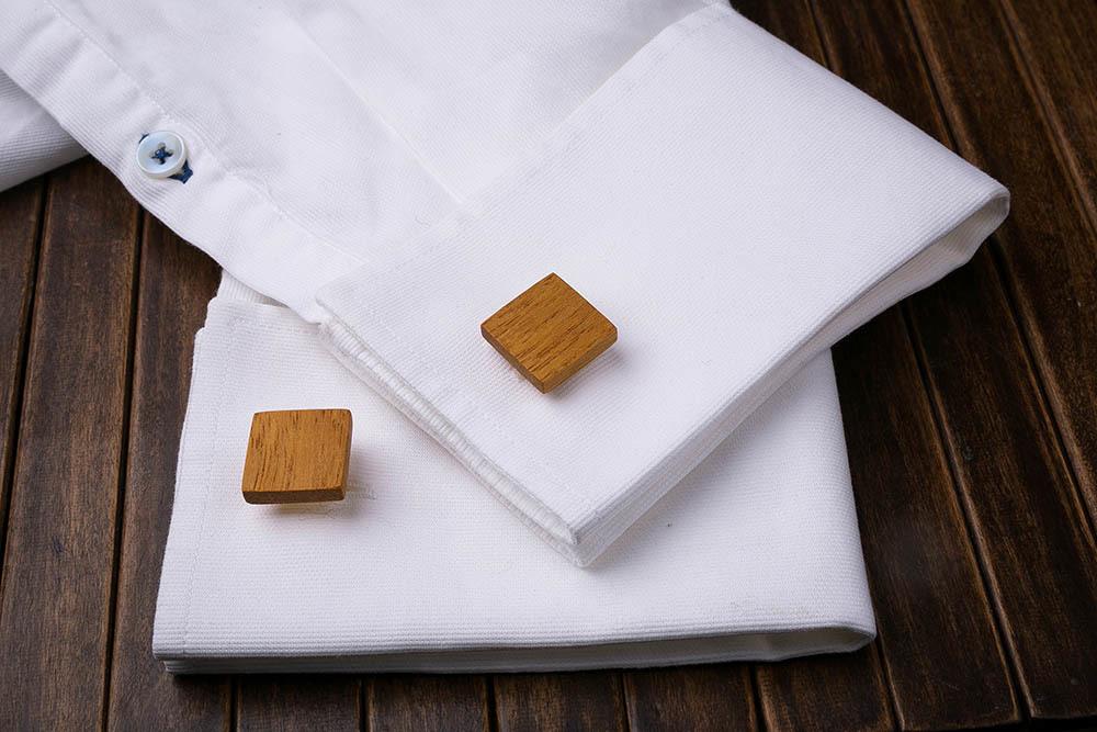 Запонки из дерева.  Африканская кусия. Форма - квадрат. Три цвета фурнитуры на выбор. Гравировка инициалов или логотипа. Упаковка в комплекте