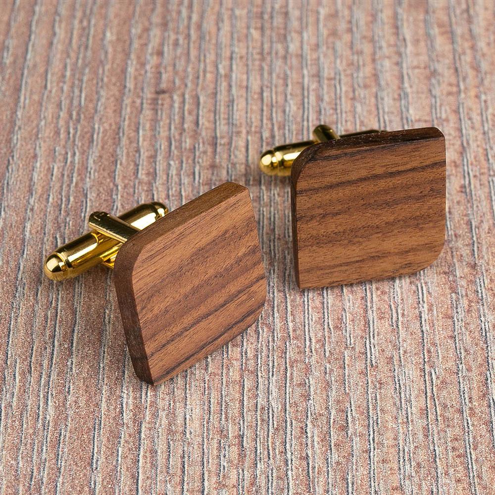 Деревянные запонки из палисандра. Форма - скругленный прямоугольник. Три цвета фурнитуры на выбор. Гравировка инициалов или логотипа. Упаковка в комплекте TwinsCufflinks-RosewoodRoundSqr