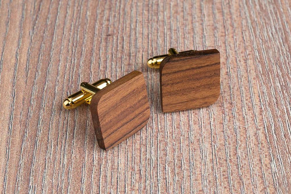 Деревянные запонки из палисандра. Форма - скругленный прямоугольник. Три цвета фурнитуры на выбор. Гравировка инициалов или логотипа. Упаковка в комплекте