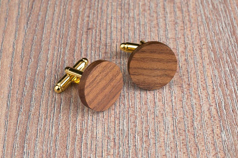 Круглые деревянные запонки из палисандра. Три цвета фурнитуры на выбор. Гравировка инициалов или логотипа. Упаковка в комплекте