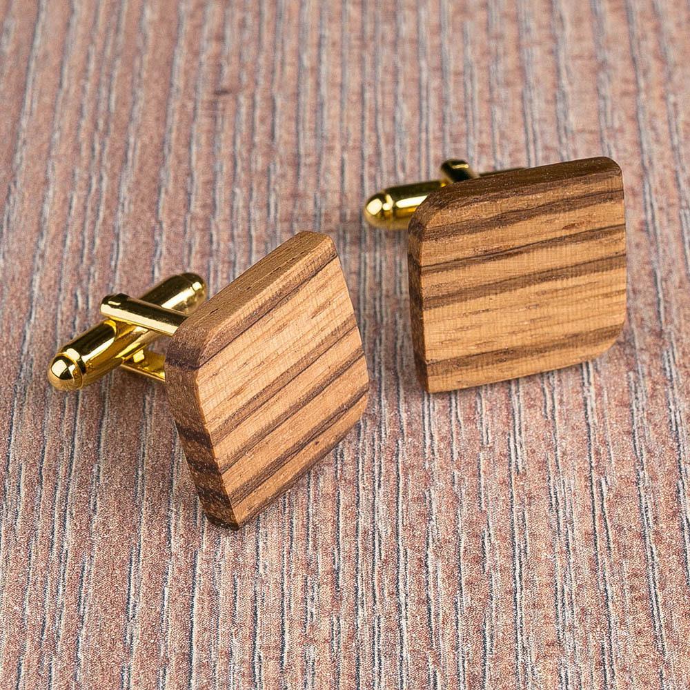 Деревянные запонки из массива африканского зебрано. Форма - скругленный прямоугольник. Три цвета фурнитуры на выбор. Гравировка инициалов или логотипа. Упаковка в комплекте TwinsCufflinks-ZebraRoundSqr