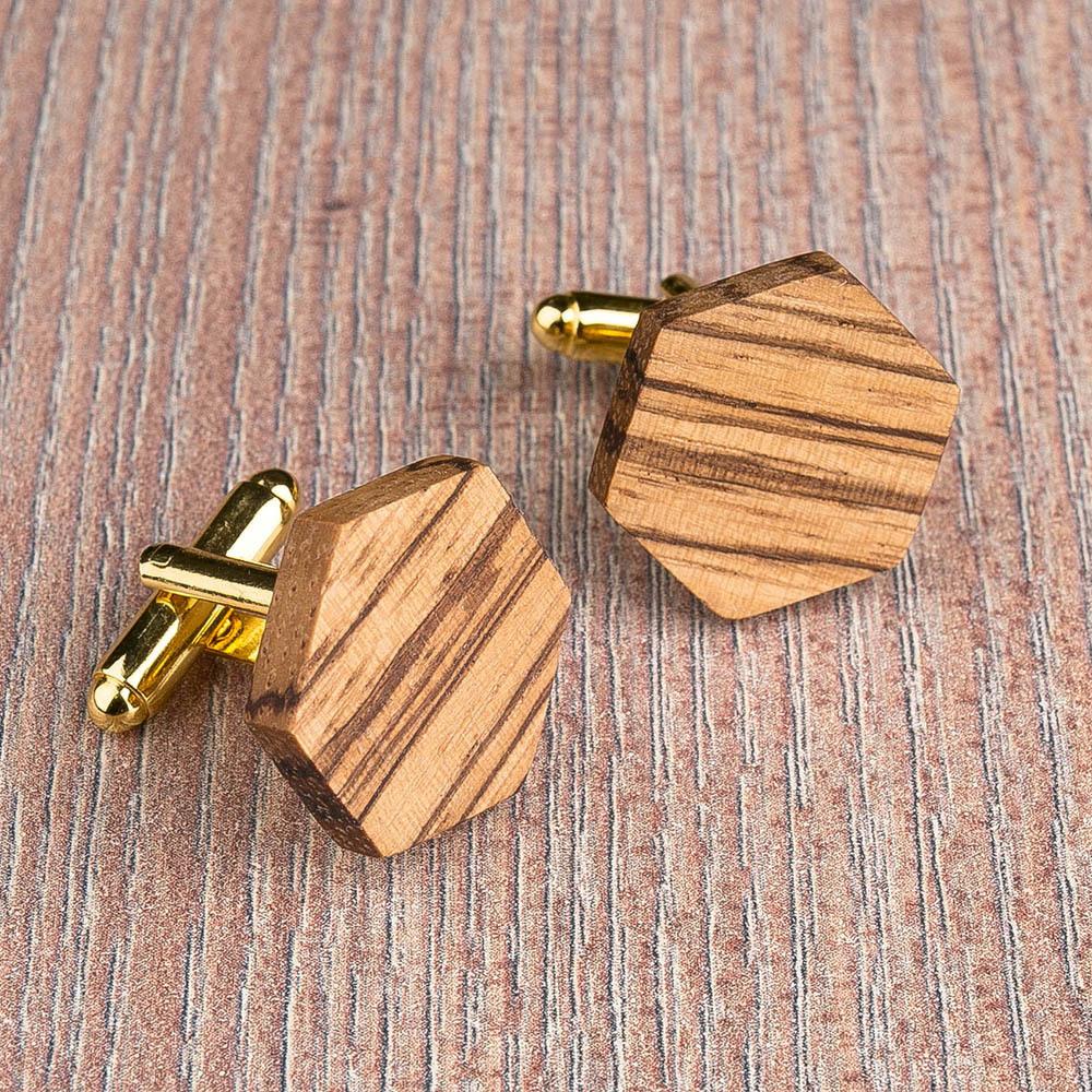 Шестиугольные запонки из массива африканского зебрано. Три цвета фурнитуры на выбор. Гравировка инициалов или логотипа. Упаковка в комплекте TwinsCufflinks-ZebraHexagon
