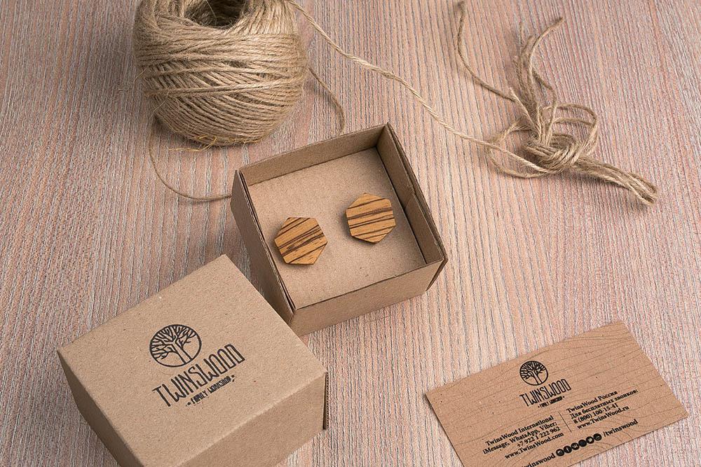 Шестиугольные запонки из массива африканского зебрано. Три цвета фурнитуры на выбор. Гравировка инициалов или логотипа. Упаковка в комплекте