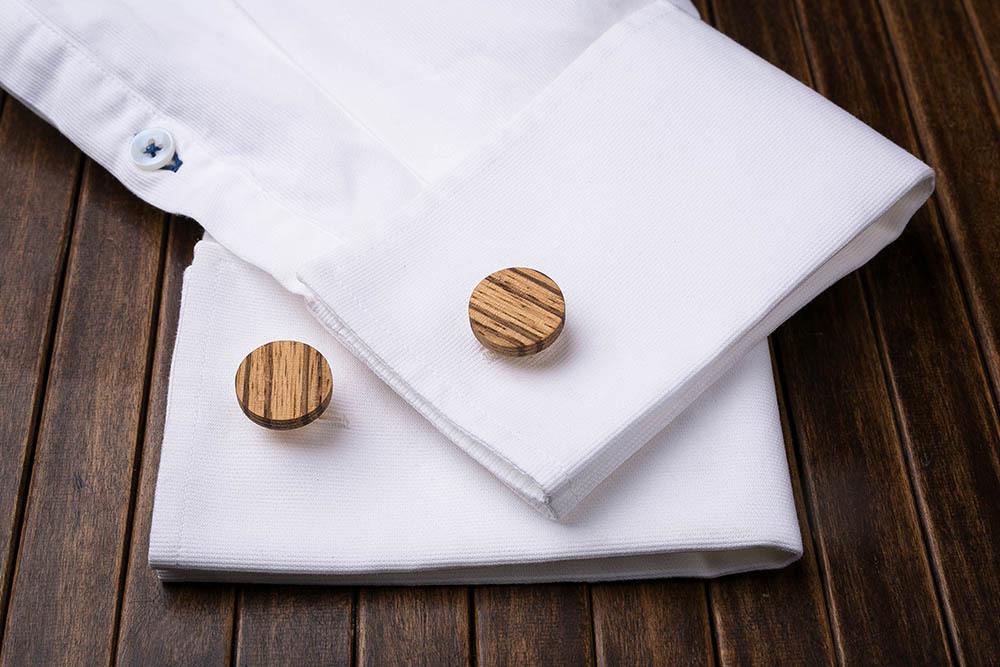 Круглые запонки из массива африканского зебрано. Три цвета фурнитуры на выбор. Гравировка инициалов или логотипа. Упаковка в комплекте