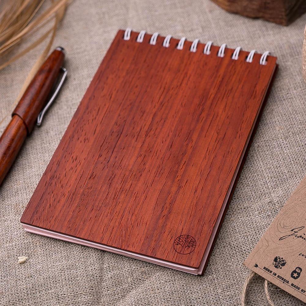 Блокнот из дерева на 40 листов. Символ TwinsWood на обложке. Натуральный падук. Гравировка имени или рисунка TW-Notebook-Padauk2