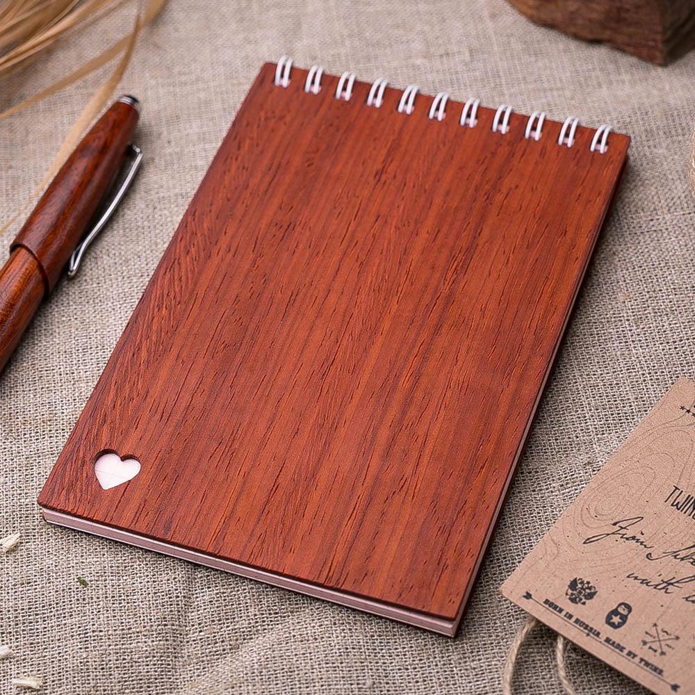 Деревянный блокнот 40 листов. Перфорация сердца на обложке. Натуральный падук. Гравировка имени или рисунка TW-Notebook-Padauk3
