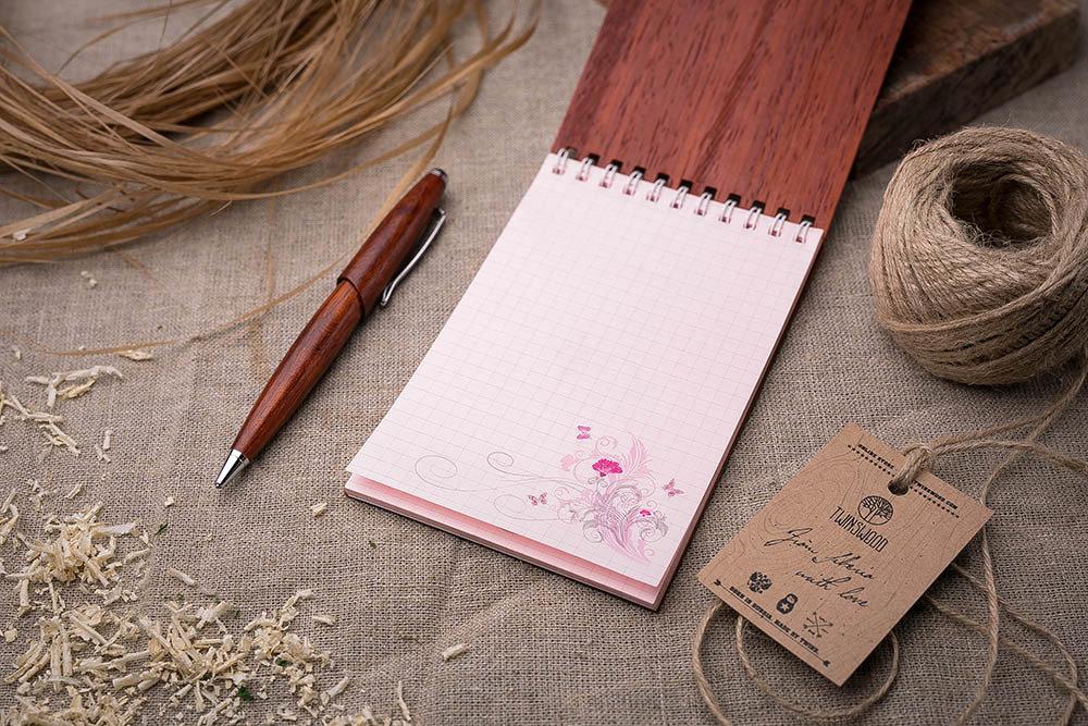 Деревянный блокнот 40 листов. Перфорация сердца на обложке. Натуральный падук. Гравировка имени или рисунка