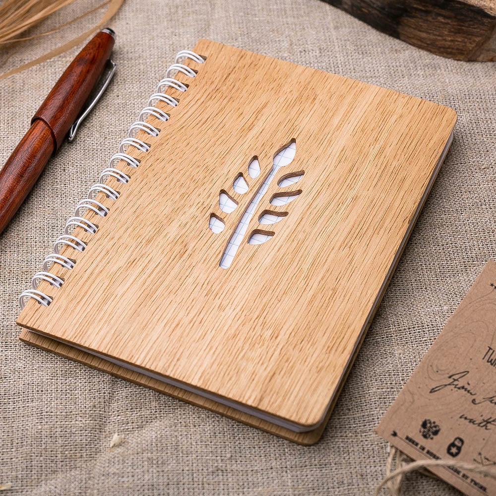 Записная книжка с обложкой из дерева. Настоящий дуб. Перфорация - ветка. Гравировка имени или рисунка TW-Notebook-Oak3