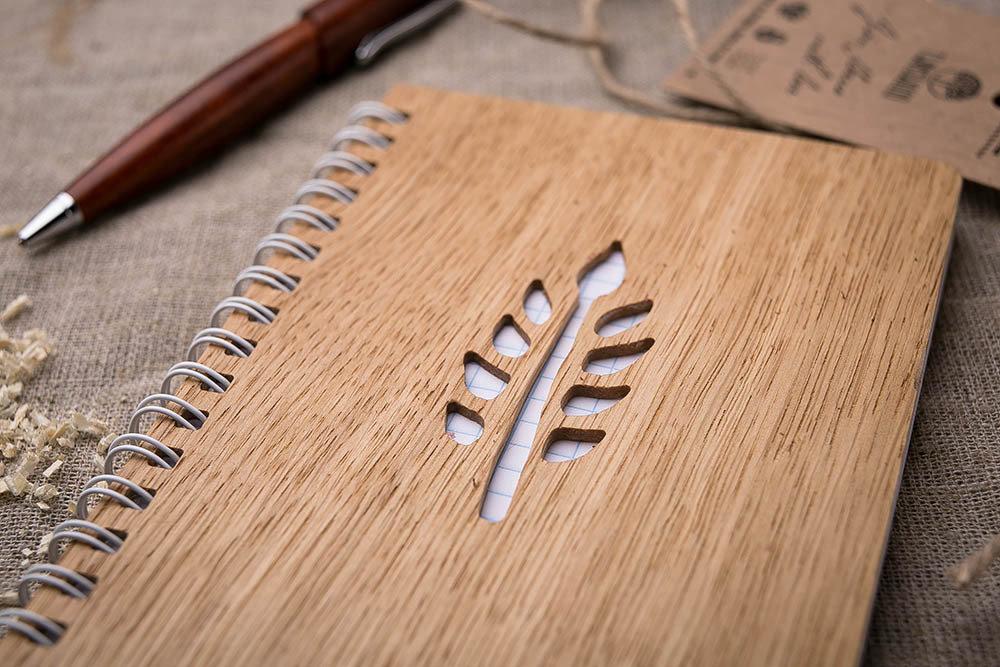 Записная книжка с обложкой из дерева. Настоящий дуб. Перфорация - ветка. Гравировка имени или рисунка