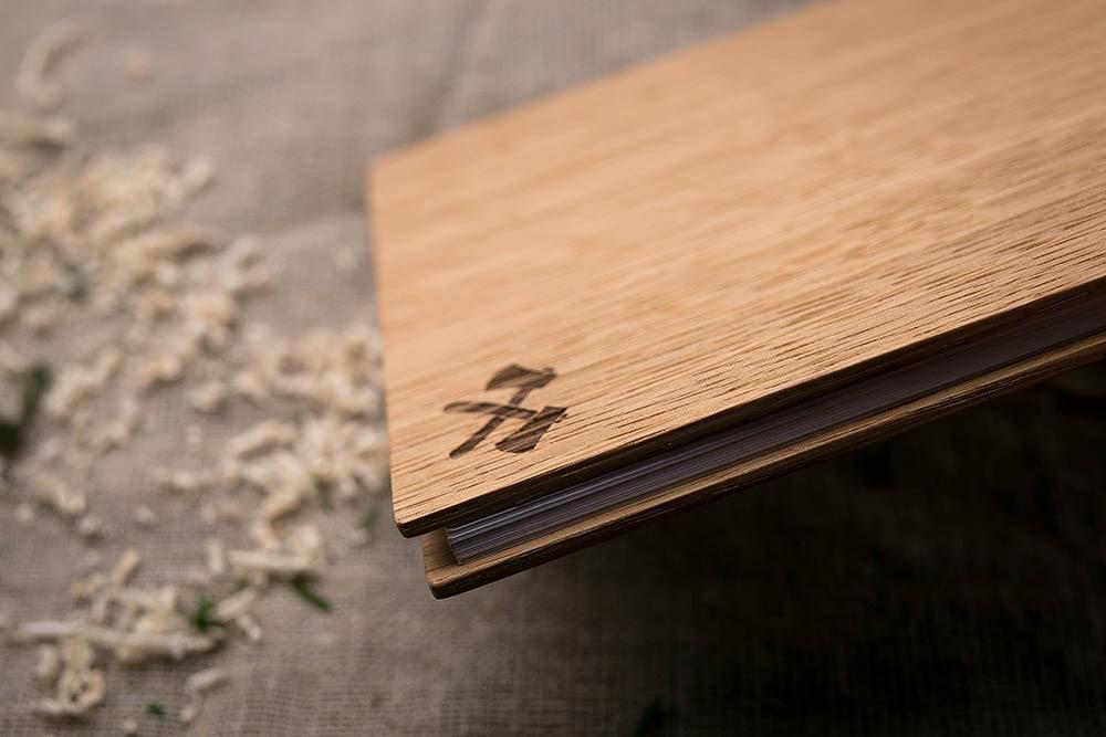 Компактный блокнот с деревянной обложкой из дуба. Гравировка - символ топоры.