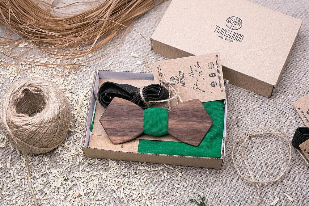 Деревянная бабочка из американского ореха. Форма - ретро. В комплекте зеленый платок для пиджака. Любая гравировка