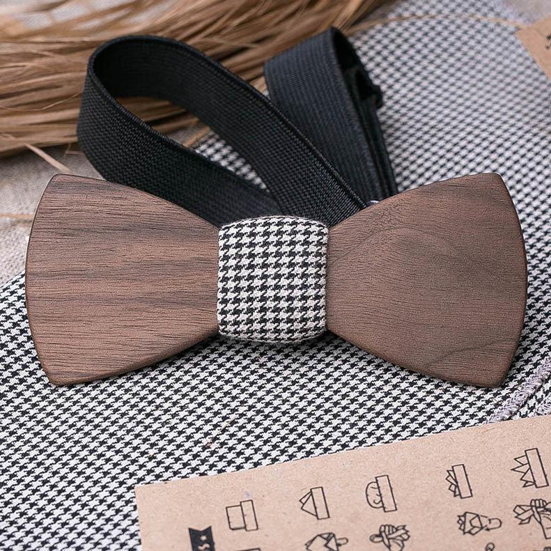 Деревянная бабочка из американского ореха. Форма - классика. Черно белый платок для кармана пиджака в комплекте. Любая гравировка TBT-WalnutClassic1