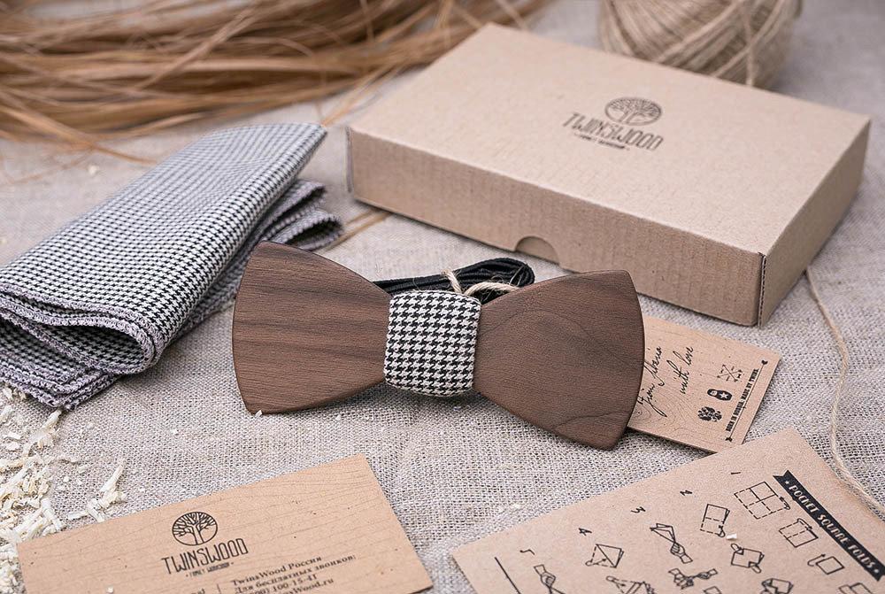 Деревянная бабочка из американского ореха. Форма - классика. Черно белый платок для кармана пиджака в комплекте. Любая гравировка