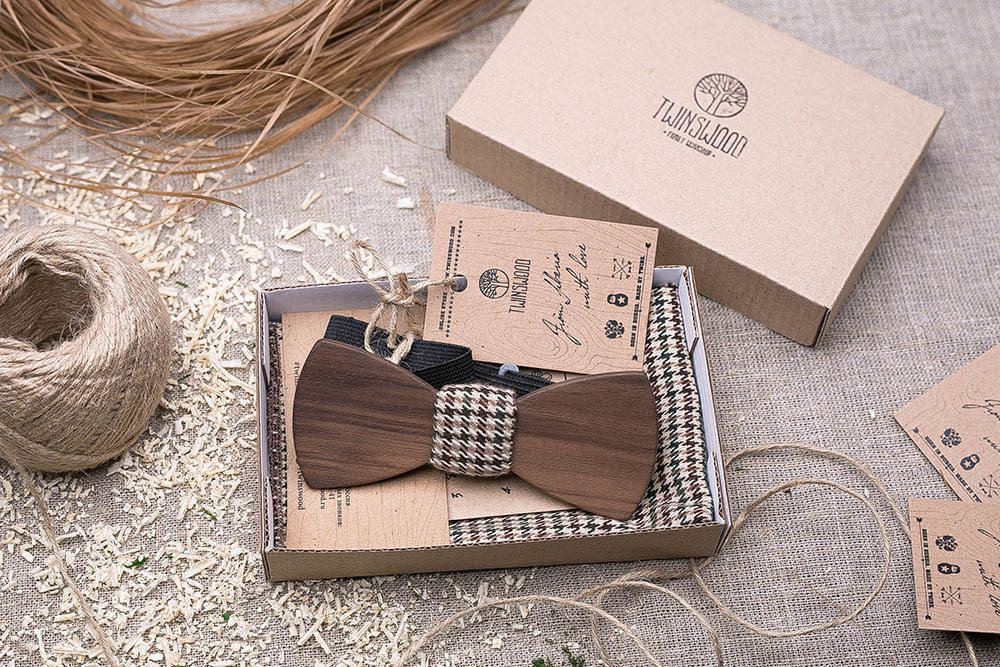 Галстук-бабочка из древесины ореха. Форма - классика. Платок для кармана пиджака в комплекте. Любая гравировка
