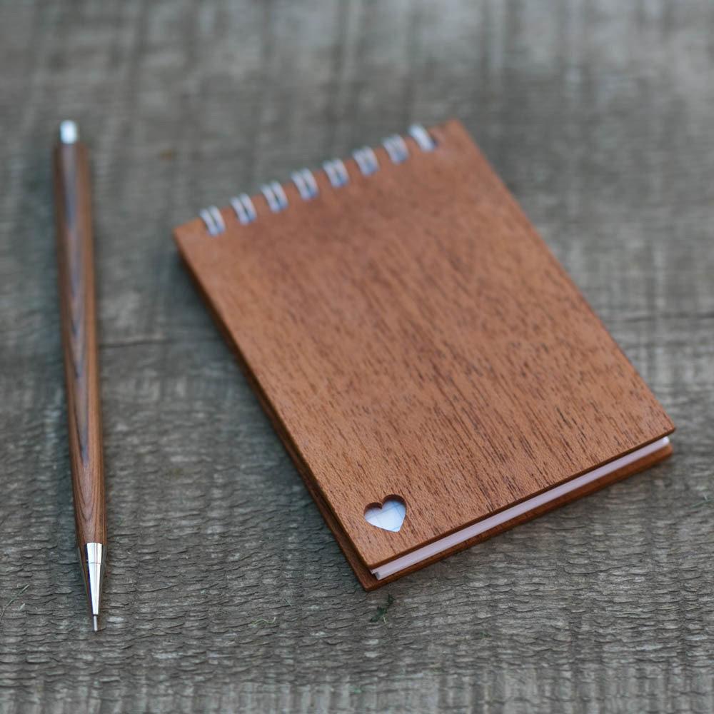 Деревянный блокнот формата А7 с обложкой из махагона. Перфорация - сердце. Любая гравировка на обложке TW-Notebook-A7-Mahagon-Heart