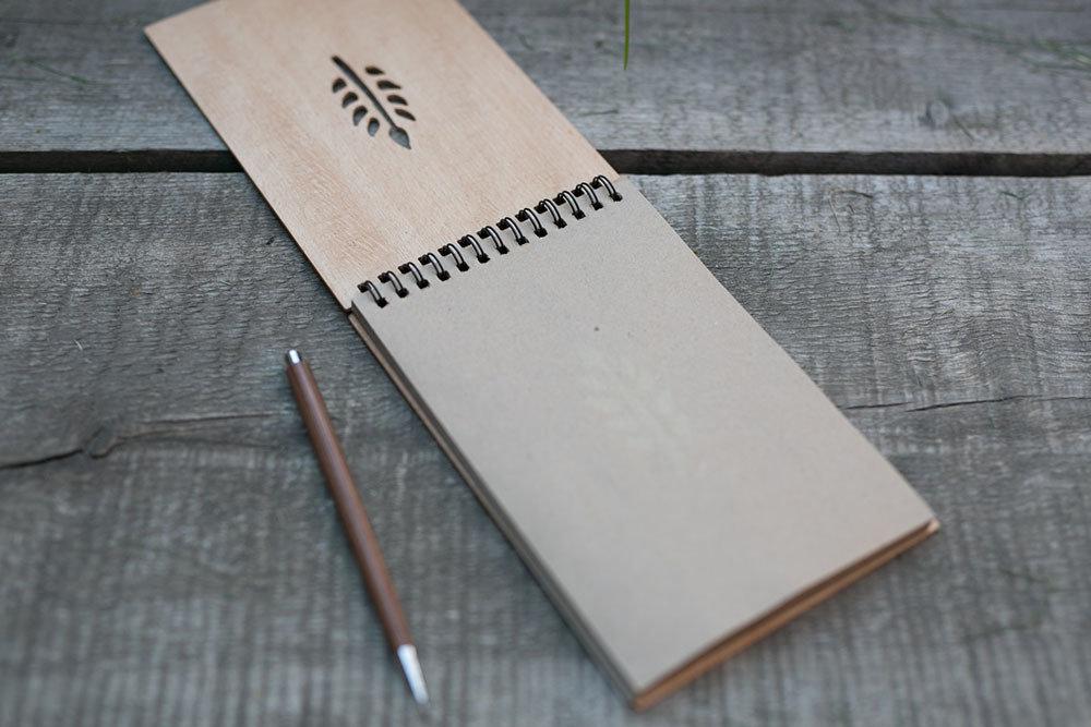 Блокнот для эскизов формат 120х180 мм с обложкой из бука. Перфорация - ветка. крафт бумага. Любая гравировка на обложке