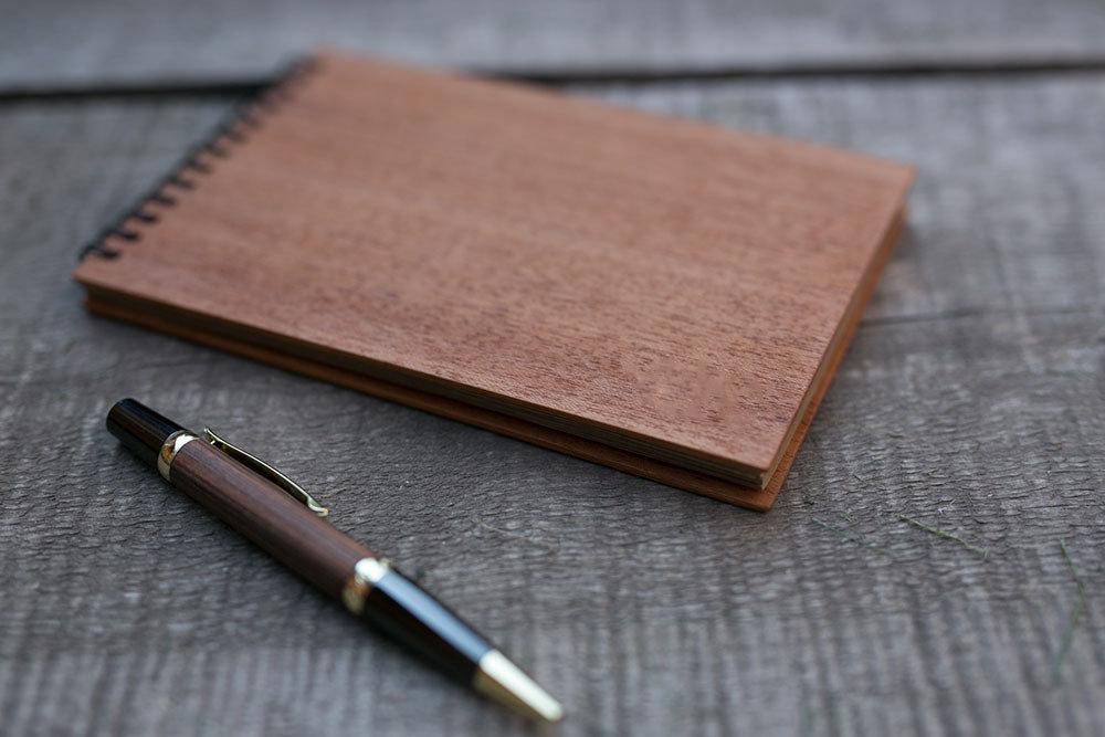 Деревянный скетчбук формат 120х180 мм с обложкой из махагона. Крафт бумага 40 листов. Любая гравировка на обложке