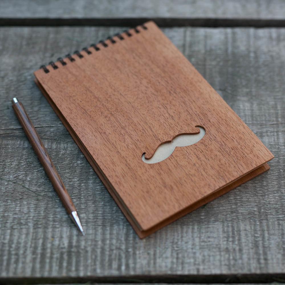 Деревянный скетчбук 120x180 мм с обложкой из махагона 40 листов. Крафт бумага. Перфорация - усы. Любая гравировка на обложке TW-Notebook-Craft-Mahagon-Mustache