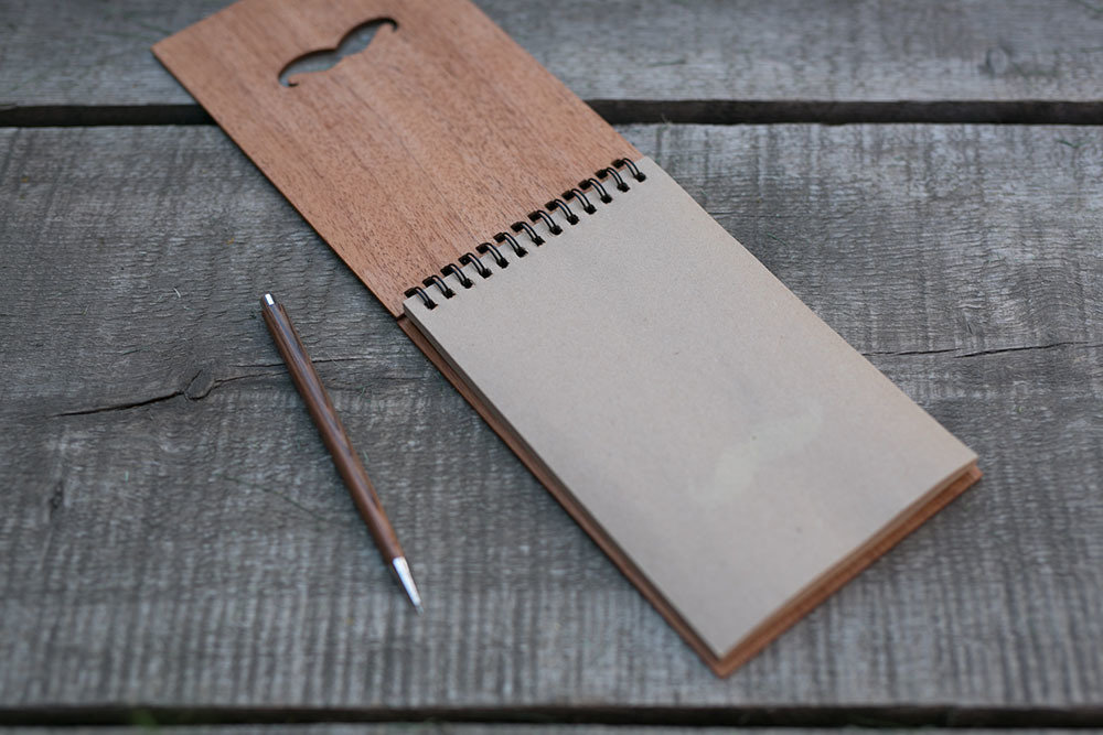 Деревянный скетчбук 120x180 мм с обложкой из махагона 40 листов. Крафт бумага. Перфорация - усы. Любая гравировка на обложке