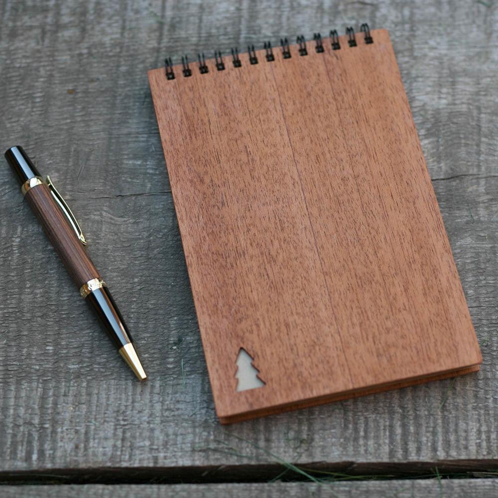 Деревянный скетчбук с обложкой из махагона 40 страниц. 120х180 мм. Крафт бумага. Перфорация - елка. Любая гравировка на обложке TW-Notebook-Craft-Mahagon-Tree