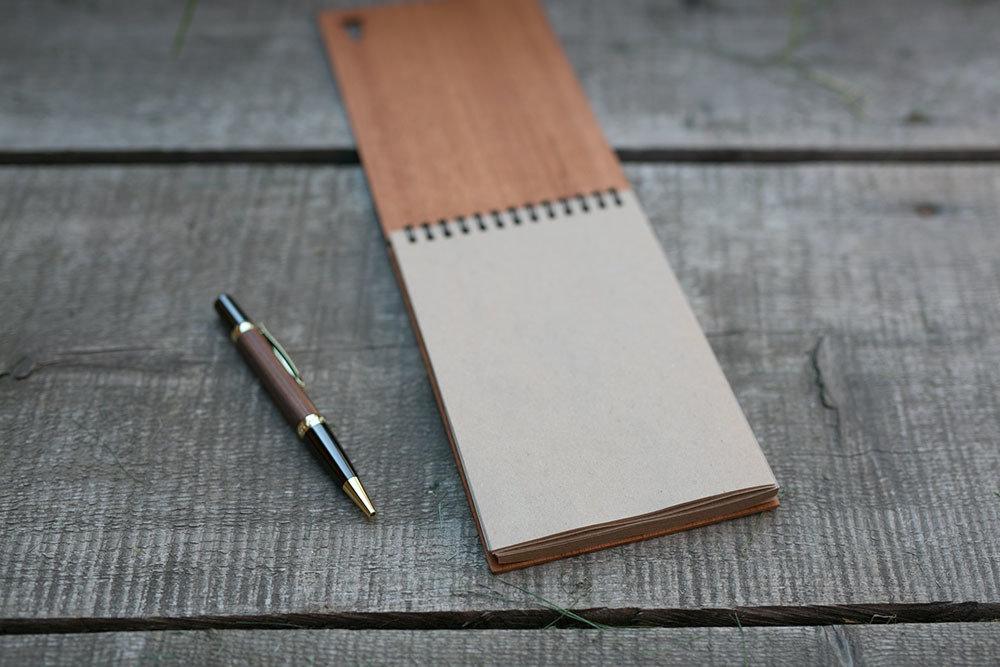 Деревянный скетчбук с обложкой из махагона 40 страниц. 120х180 мм. Крафт бумага. Перфорация - елка. Любая гравировка на обложке