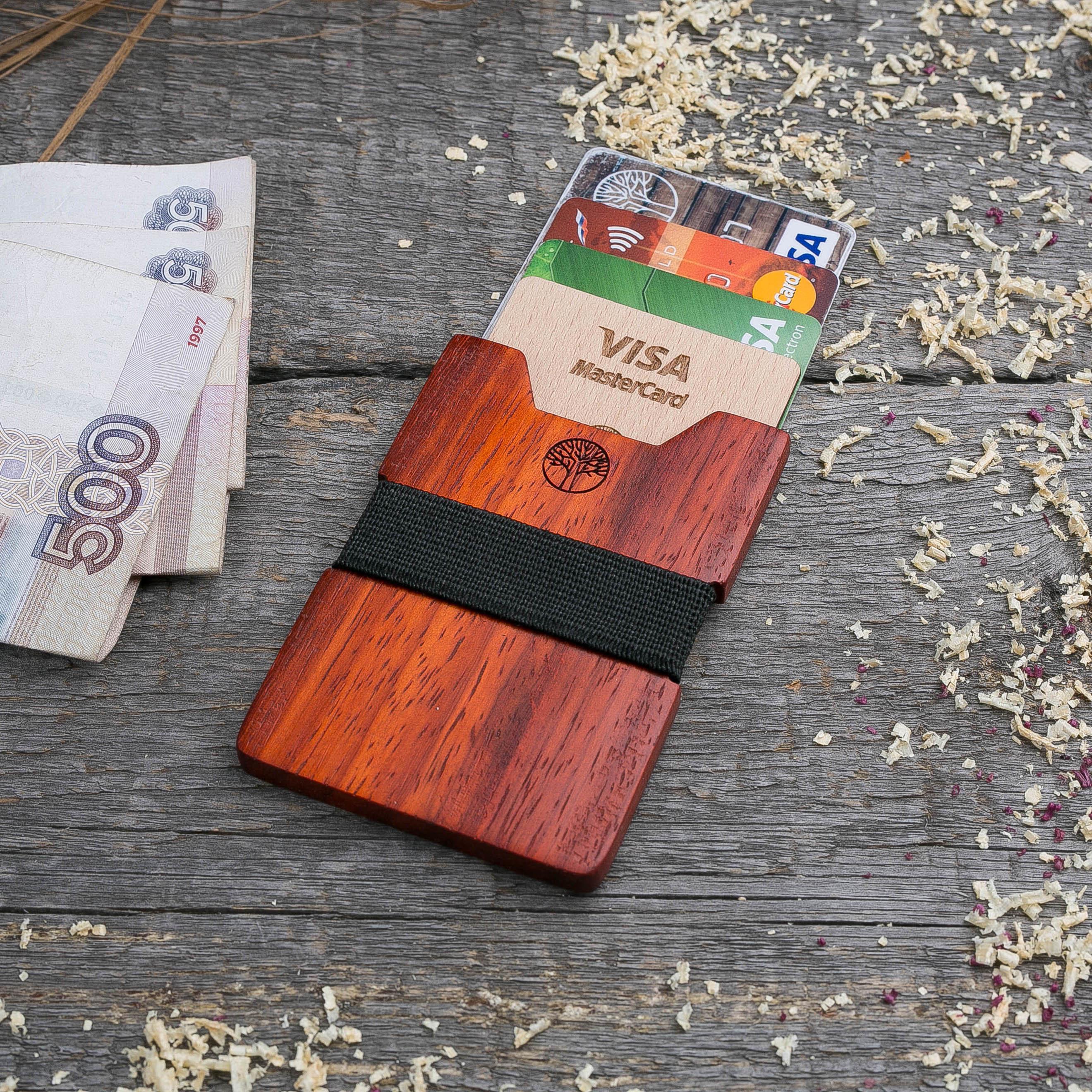 Деревянный кошелек  из африканского падука. Вертикальная загрузка. Для 1-6 пластиковых карт и купюр. Поддержка Apple Pay. Гравировка имени или логотипа. Бизнес сувенир. Подарок другу. Именной кошелек TwinsWallet-PadaukV