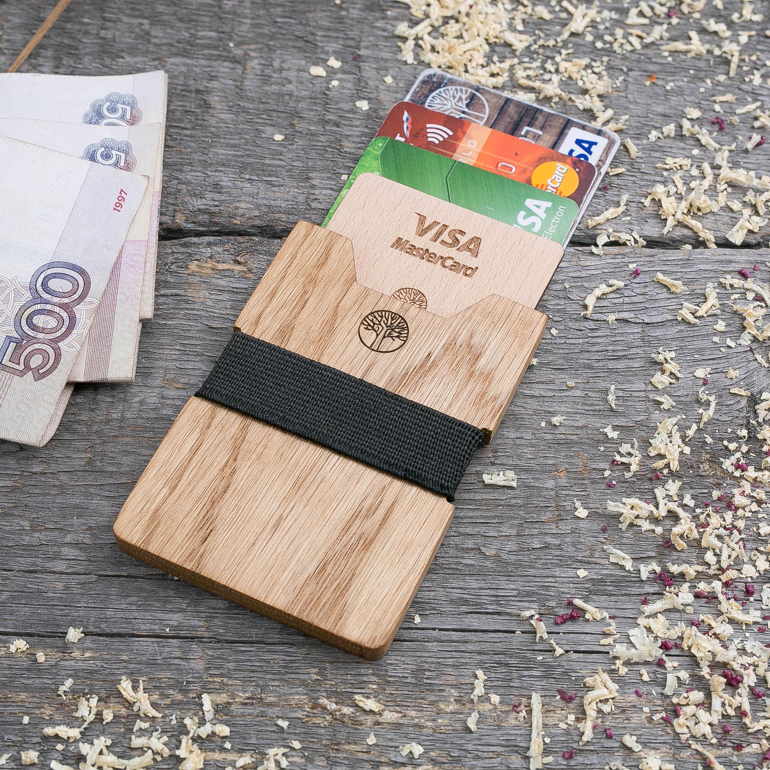 Деревянный кошелек  из дуба. Вертикальная загрузка. Для 1-6 пластиковых карт и купюр. Поддержка Apple Pay. Гравировка имени или логотипа. Бизнес сувенир. Подарок другу. Именной кошелек TwinsWallet-OakV