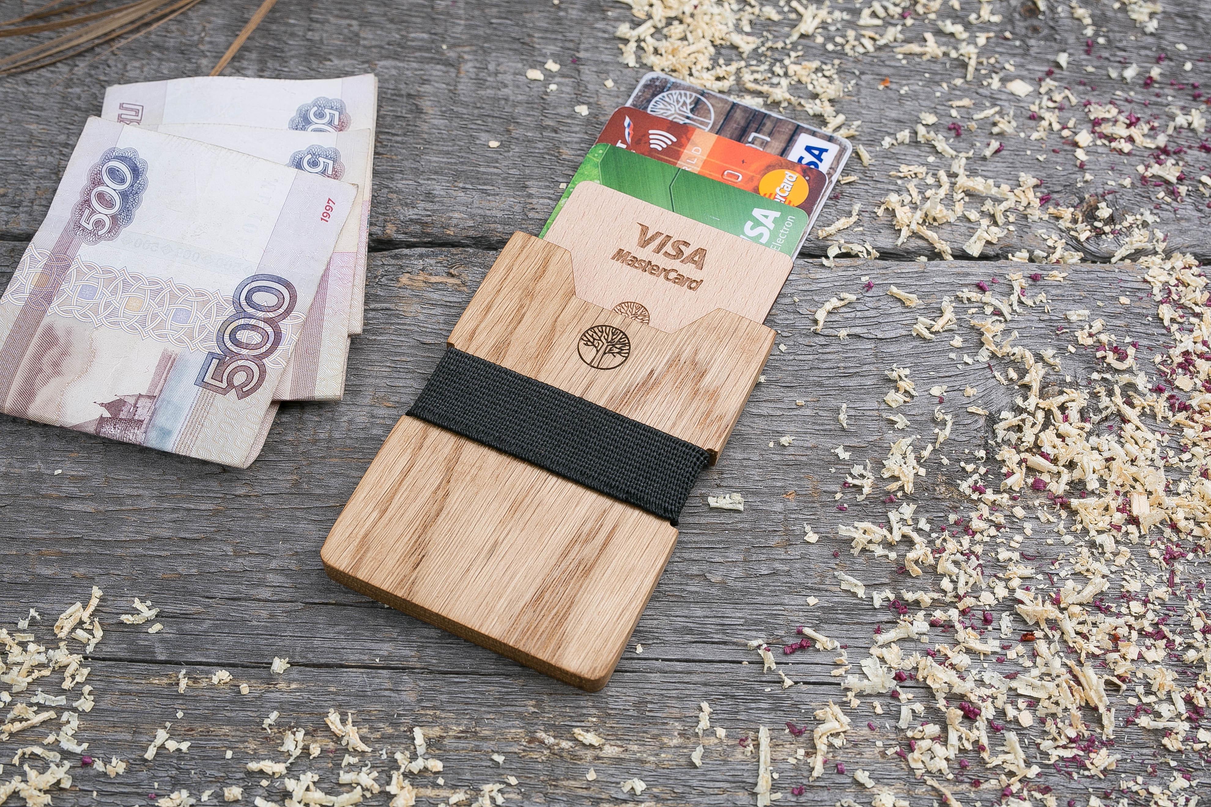 Деревянный кошелек  из дуба. Вертикальная загрузка. Для 1-6 пластиковых карт и купюр. Поддержка Apple Pay. Гравировка имени или логотипа. Бизнес сувенир. Подарок другу. Именной кошелек