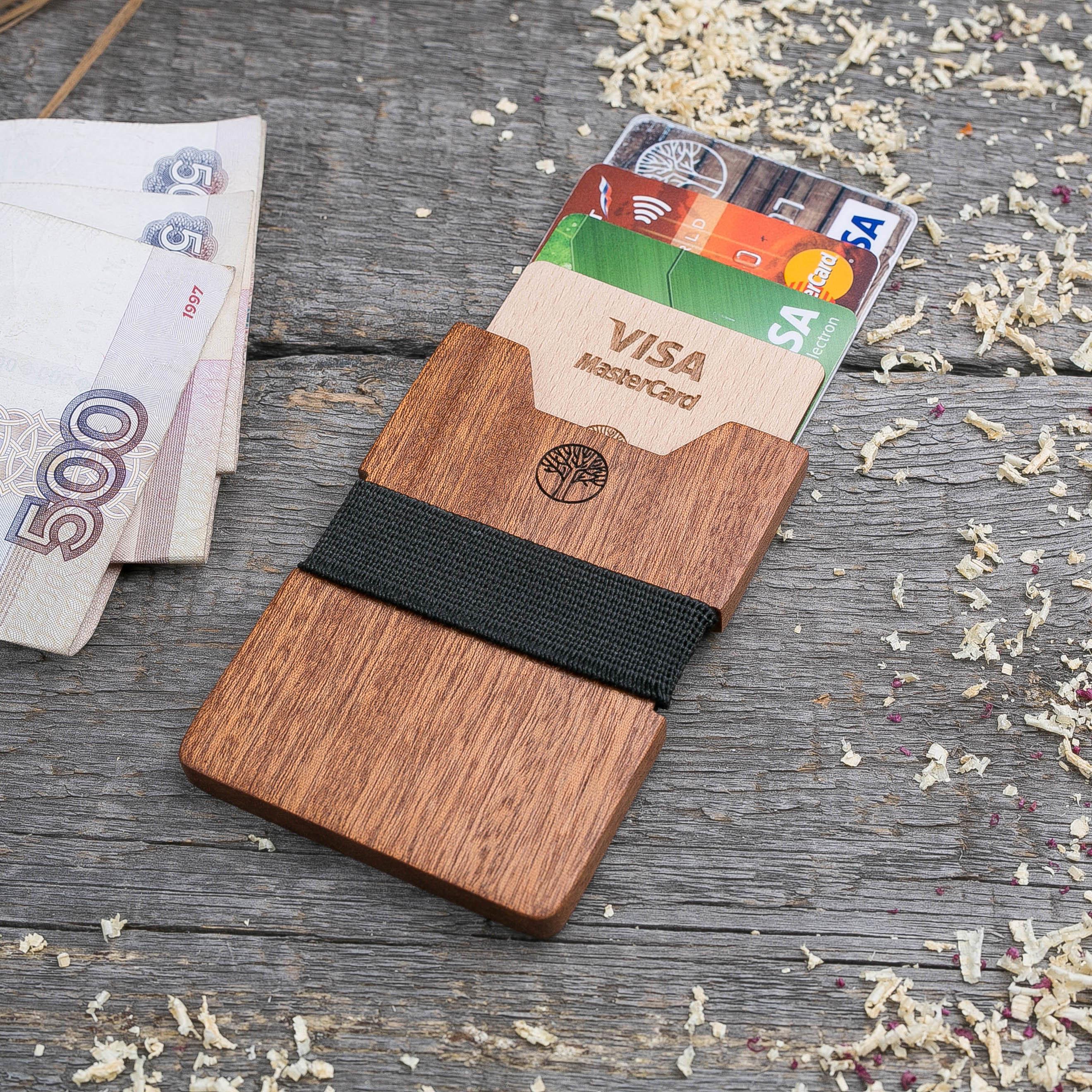 Деревянный кошелек из африканской сапеле. Вертикальная загрузка. Для 1-6 пластиковых карт и купюр. Поддержка Apple Pay. Гравировка имени или логотипа. Бизнес сувенир. Подарок другу. Именной кошелек TwinsWallet-SapeleV