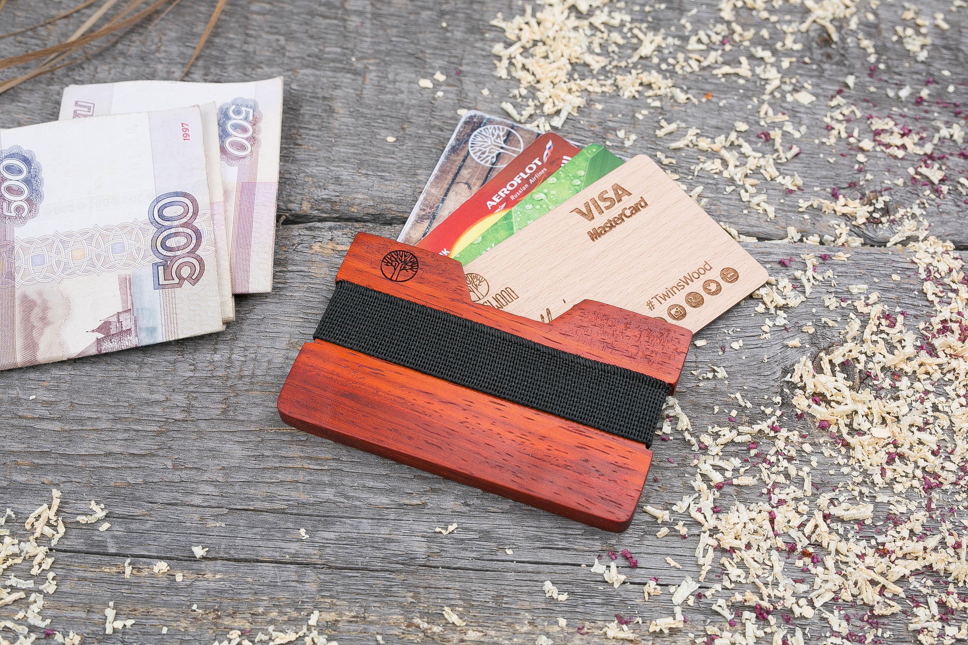 Деревянный кошелек  из падука. Горизонтальная загрузка. Для 1-6 пластиковых карт и купюр. Поддержка Apple Pay. Гравировка имени или логотипа. Бизнес сувенир. Подарок другу. Именной кошелек