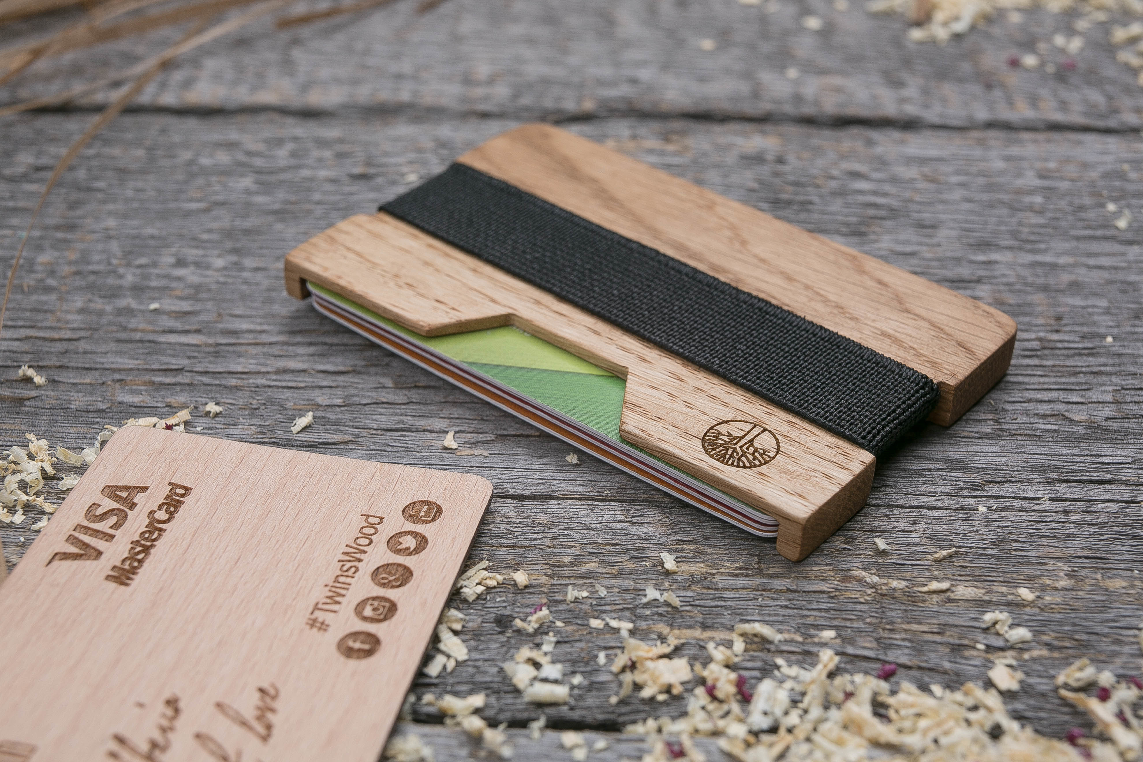 Деревянный кошелек  из дуба. Горизонтальная загрузка. Для 1-6 пластиковых карт и купюр. Поддержка Apple Pay. Гравировка имени или логотипа. Бизнес сувенир. Подарок другу. Именной кошелек