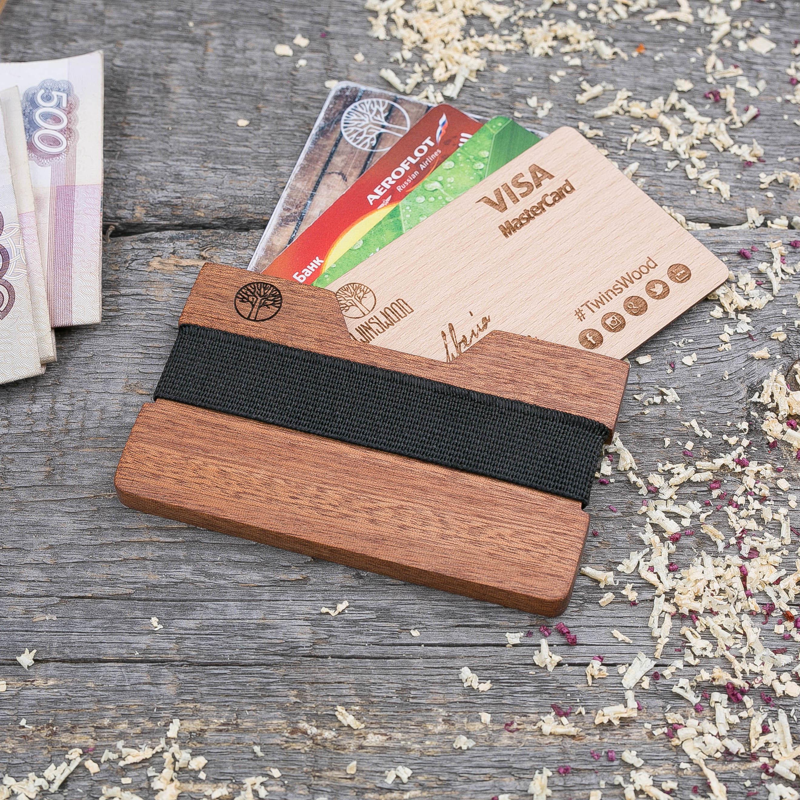 Деревянный кошелек  из сапеле. Горизонтальная загрузка. Для 1-6 пластиковых карт и купюр. Поддержка Apple Pay. Гравировка имени или логотипа. Бизнес сувенир. Подарок другу. Именной кошелек TwinsWood-SapeleH