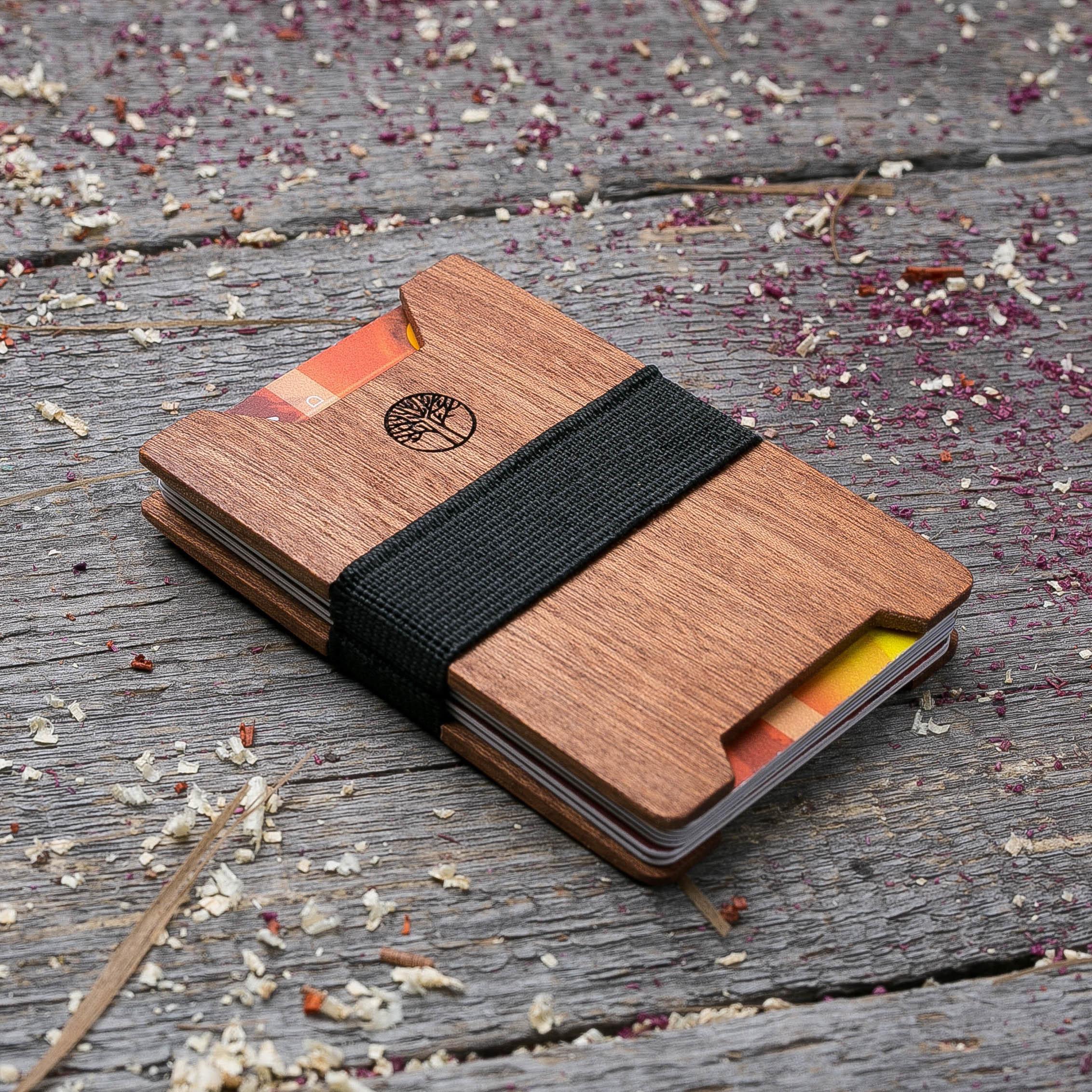 Мини кошелек-кардхолдер из дерева. Массив сапеле. Для 1-15 пластиковых карт и купюр. Подарок другу или бизнес партнеру, именной кошелек. Гравировка имени или логотипа + открытка из дерева TwinsMiniWallet-SapeleV
