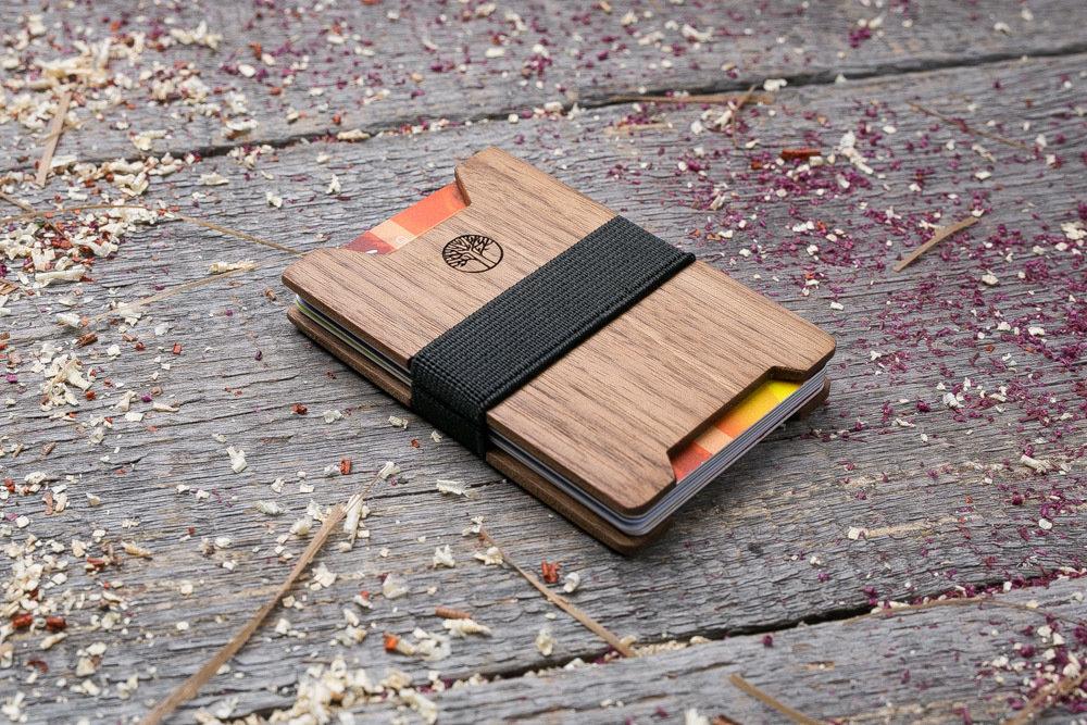 Мини кошелек-кардхолдер из дерева. Массив ореха. Для 1-15 пластиковых карт и купюр. Подарок другу или бизнес партнеру, именной кошелек. Гравировка имени или логотипа + открытка из дерева
