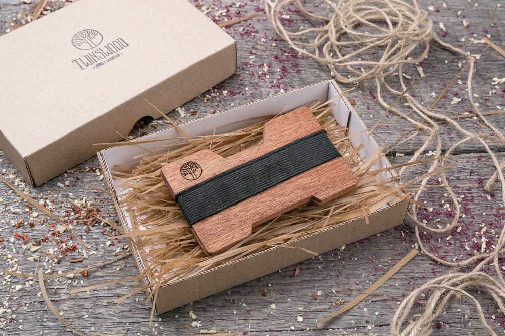 Мини кошелек-кардхолдер из дерева. Массив сапеле. Для 1-15 пластиковых карт и купюр. Подарок другу или бизнес партнеру, именной кошелек. Гравировка имени или логотипа + открытка из дерева