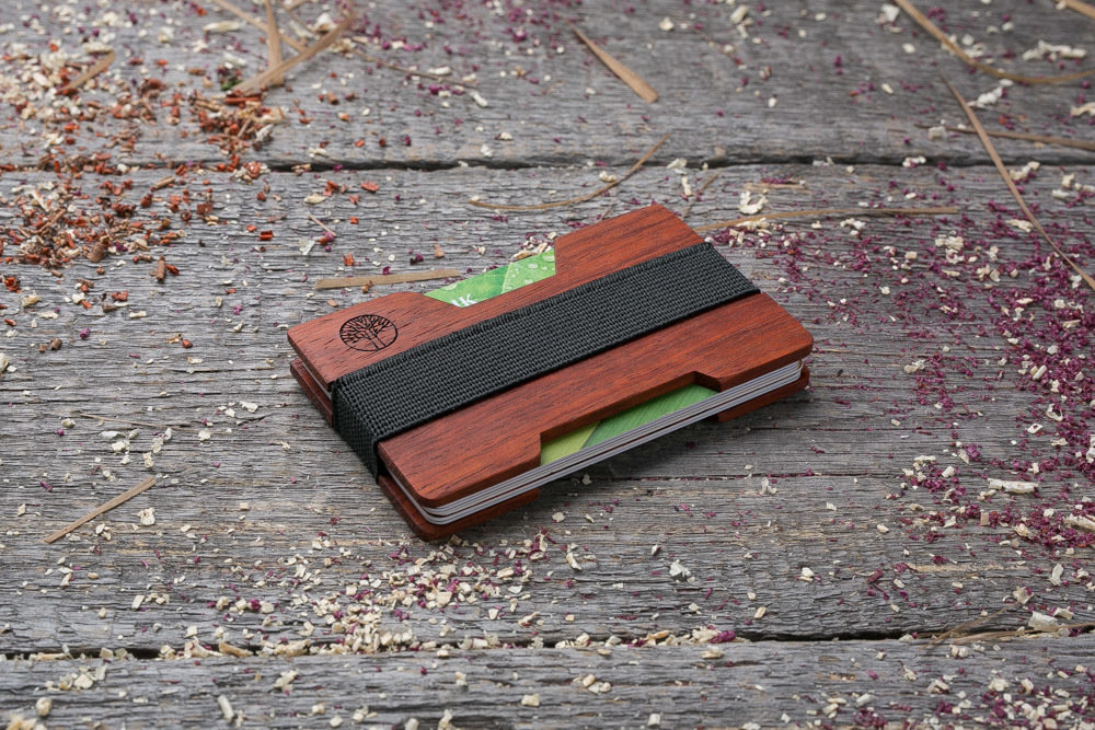 Мини кошелек-кардхолдер из дерева. Массив падука. Для 1-15 пластиковых карт и купюр. Подарок другу или бизнес партнеру, именной кошелек. Гравировка имени или логотипа + открытка из дерева