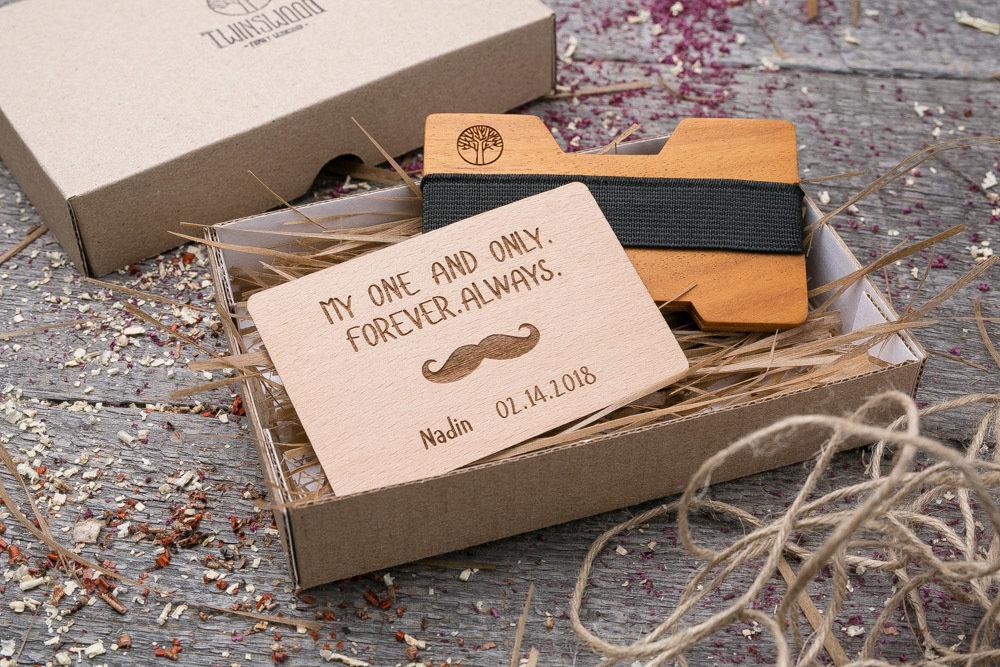Мини кошелек-кардхолдер из дерева. Массив кусии. Для 1-15 пластиковых карт и купюр. Подарок другу или бизнес партнеру, именной кошелек. Гравировка имени или логотипа + открытка из дерева