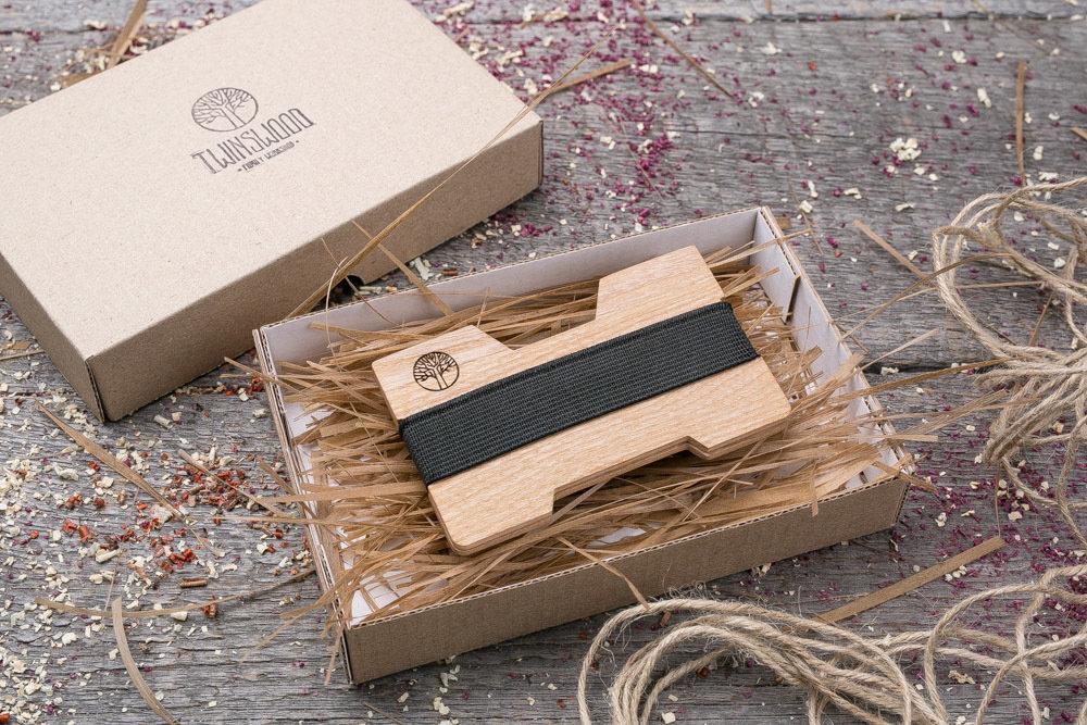 Мини кошелек-кардхолдер из дерева. Массив ясеня. Для 1-15 пластиковых карт и купюр. Подарок другу или бизнес партнеру, именной кошелек. Гравировка имени или логотипа + открытка из дерева