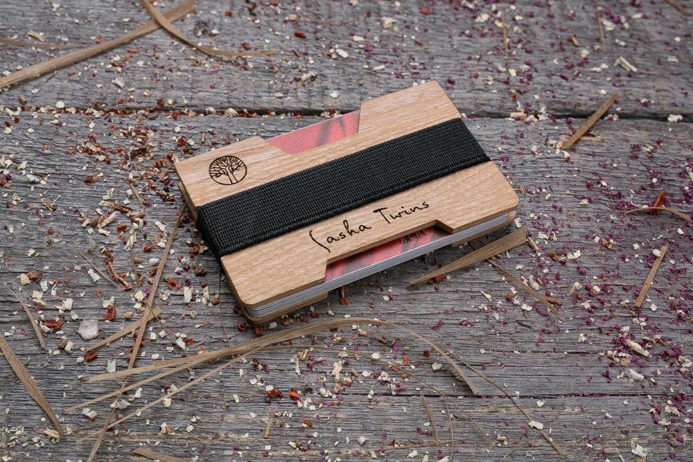 Мини кошелек-кардхолдер из дерева. Массив амарант. Для 1-15 пластиковых карт и купюр. Подарок другу или бизнес партнеру, именной кошелек. Гравировка имени или логотипа + открытка из дерева