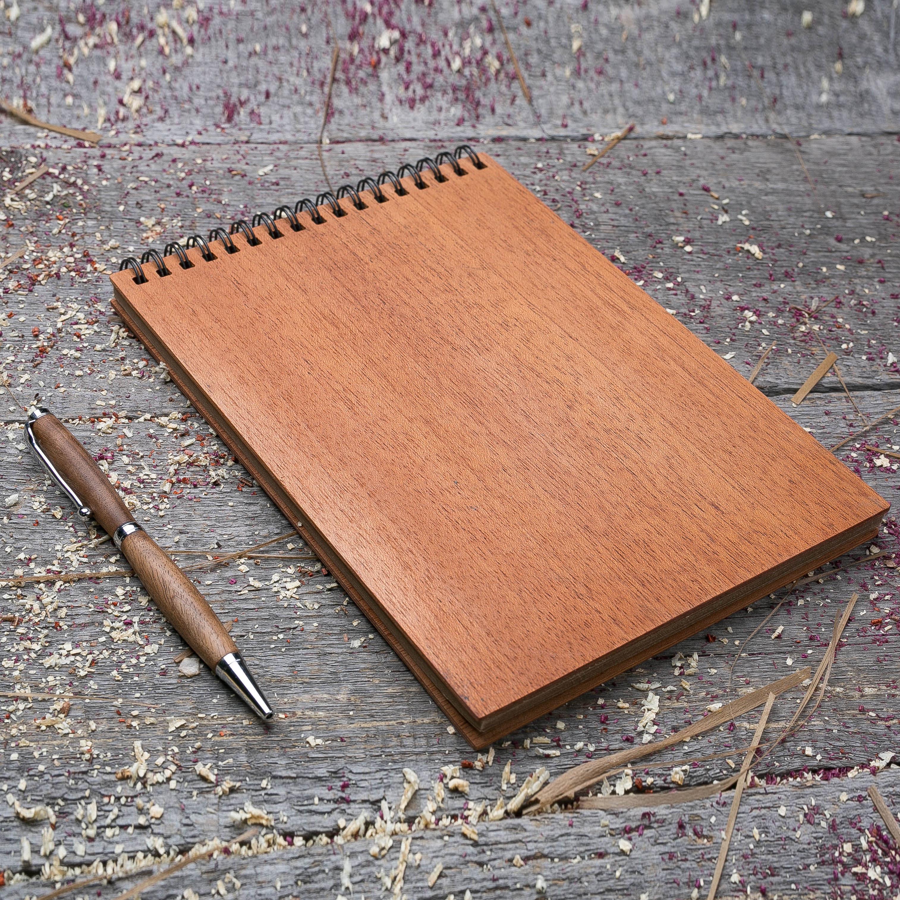 Скетчбук А5 с обложкой из дерева махагон на 40 страниц. 148х210 мм. Крафт бумага. Любая гравировка на обложке TW-Notebook-Craft-Mahagon-A5