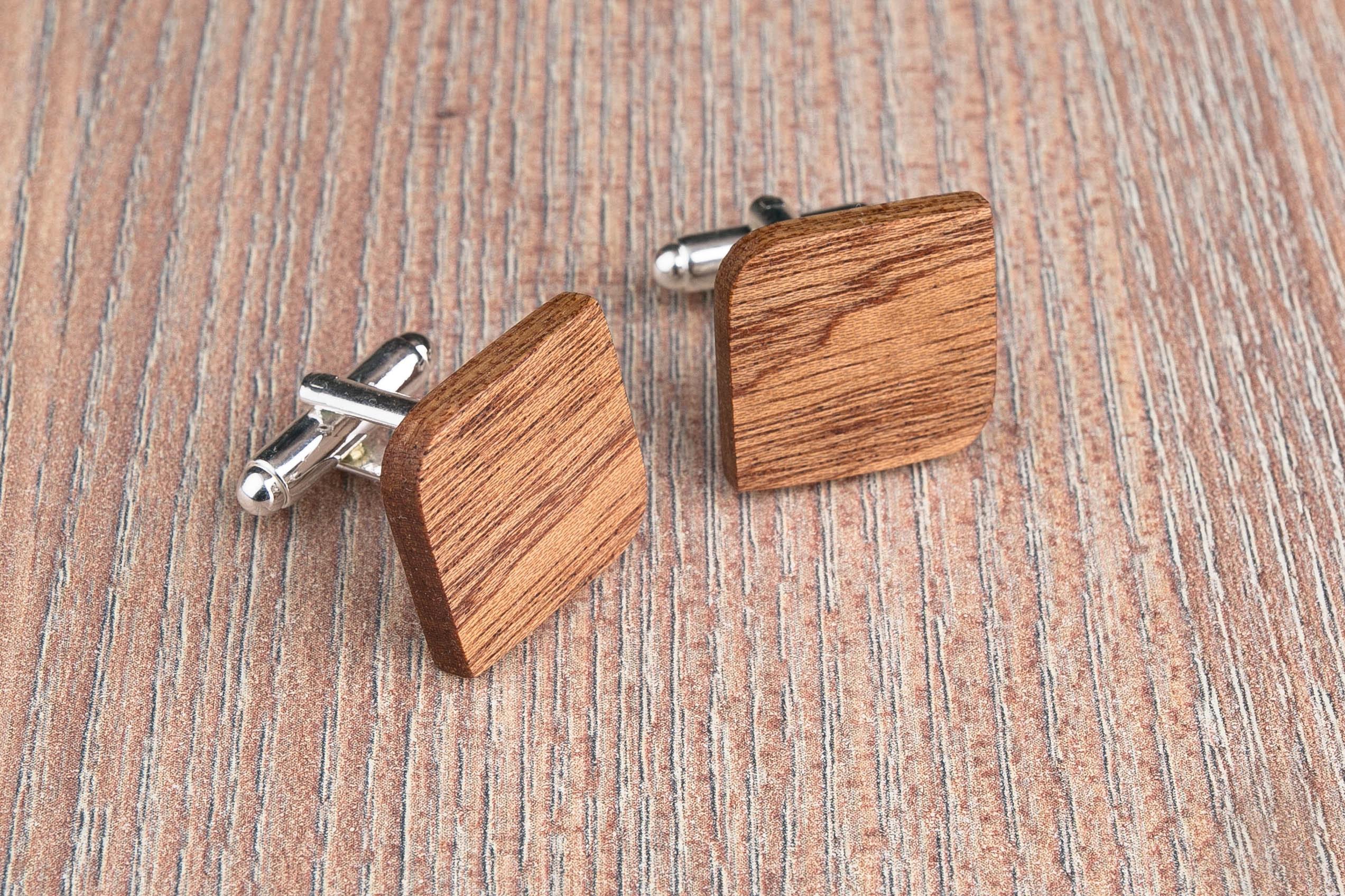 Комплект: Скругленные запонки из дерева и Деревянный зажим для галстука. Массив африканского сапеле. Гравировка инициалов. Упаковка в комплекте