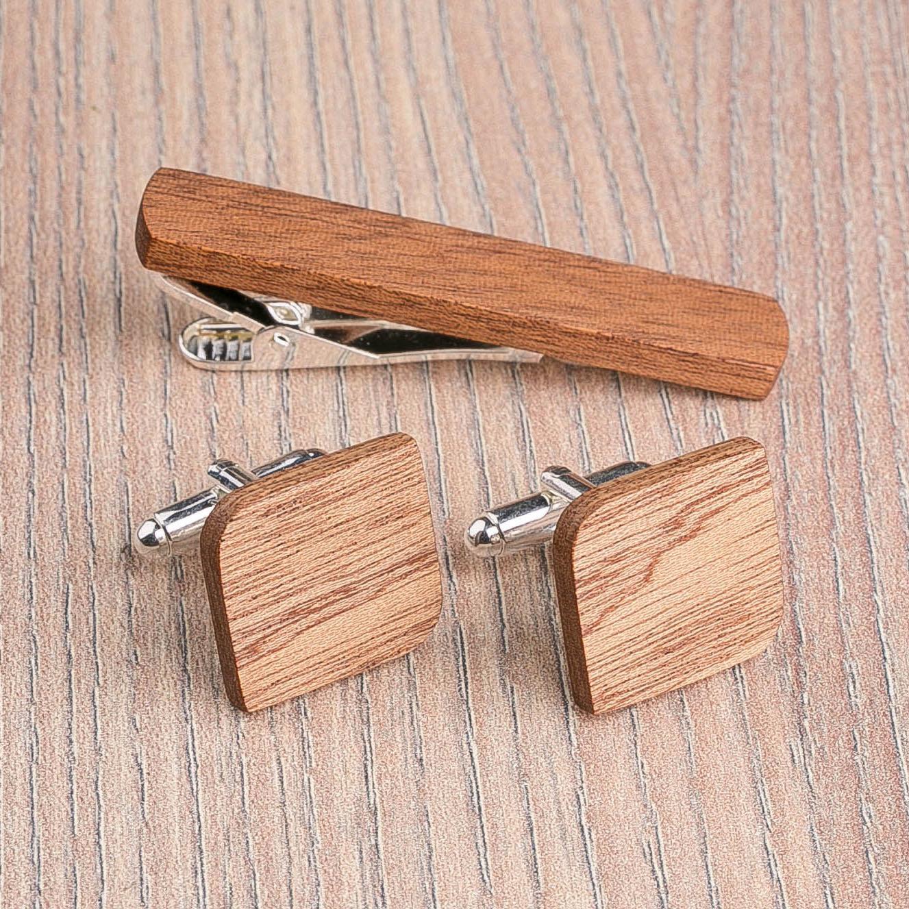 Комплект: Скругленные запонки из дерева и Деревянный зажим для галстука. Массив африканского сапеле. Гравировка инициалов. Упаковка в комплекте CufflinksSet-RndSquareSapele