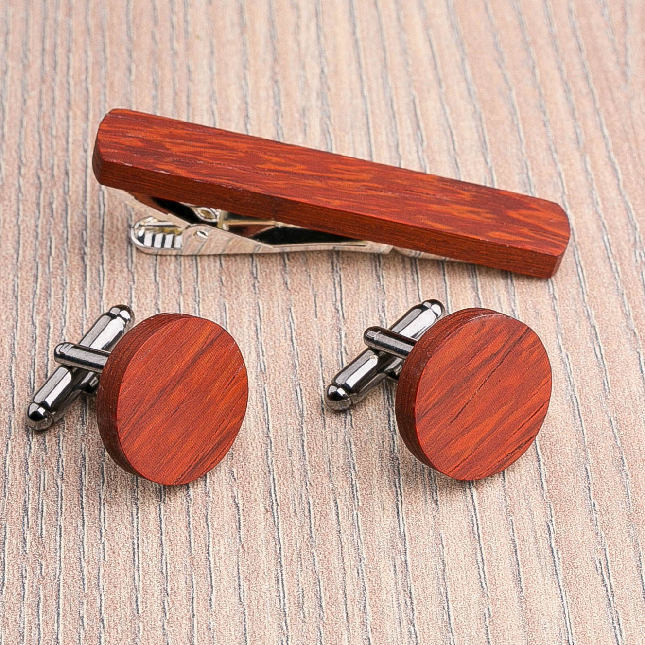 Комплект: Круглые запонки из дерева и Деревянный зажим для галстука. Массив падука. Гравировка инициалов. Упаковка в комплекте CufflinksSet-RoundPadauk