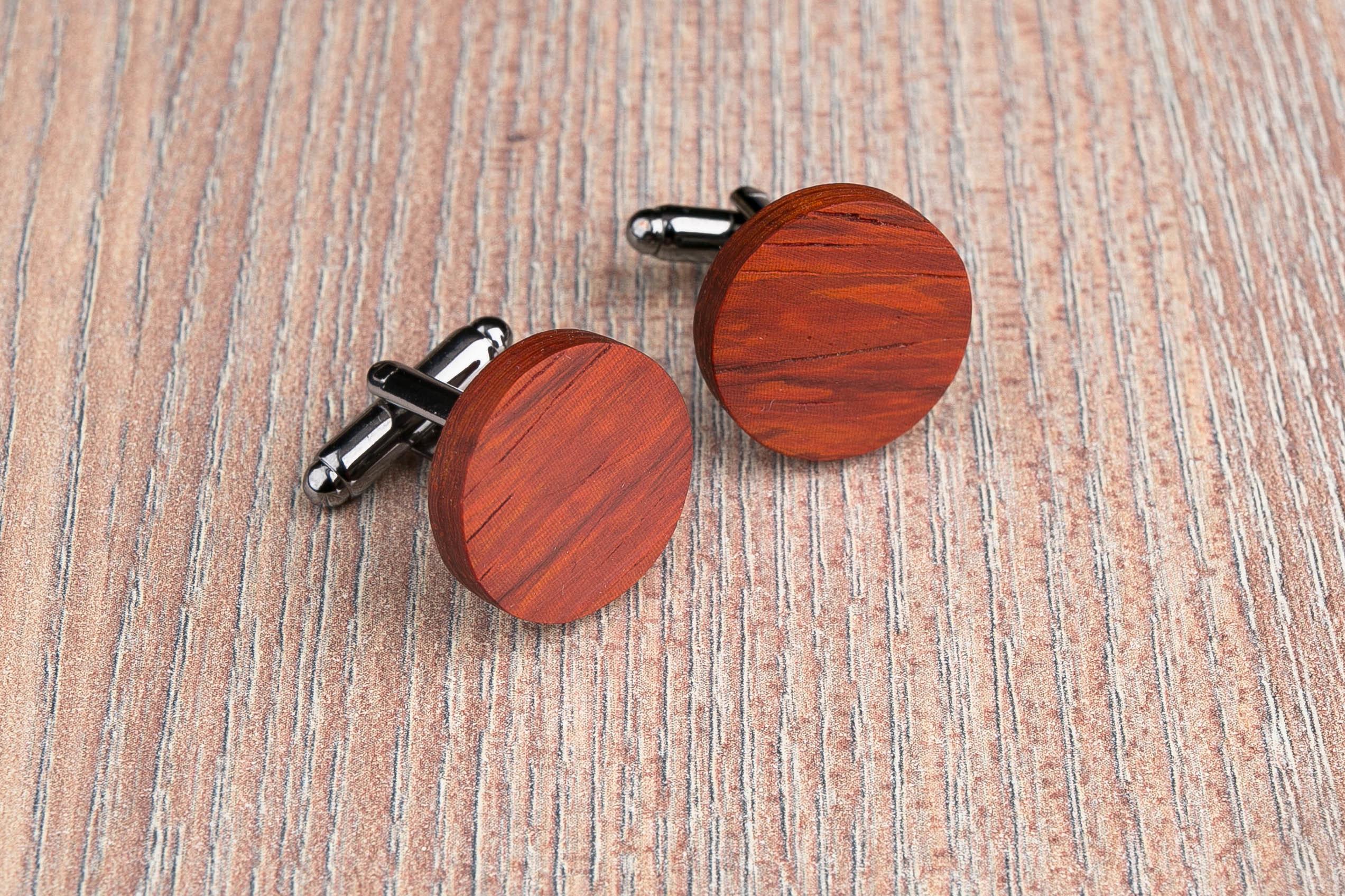 Комплект: Круглые запонки из дерева и Деревянный зажим для галстука. Массив падука. Гравировка инициалов. Упаковка в комплекте