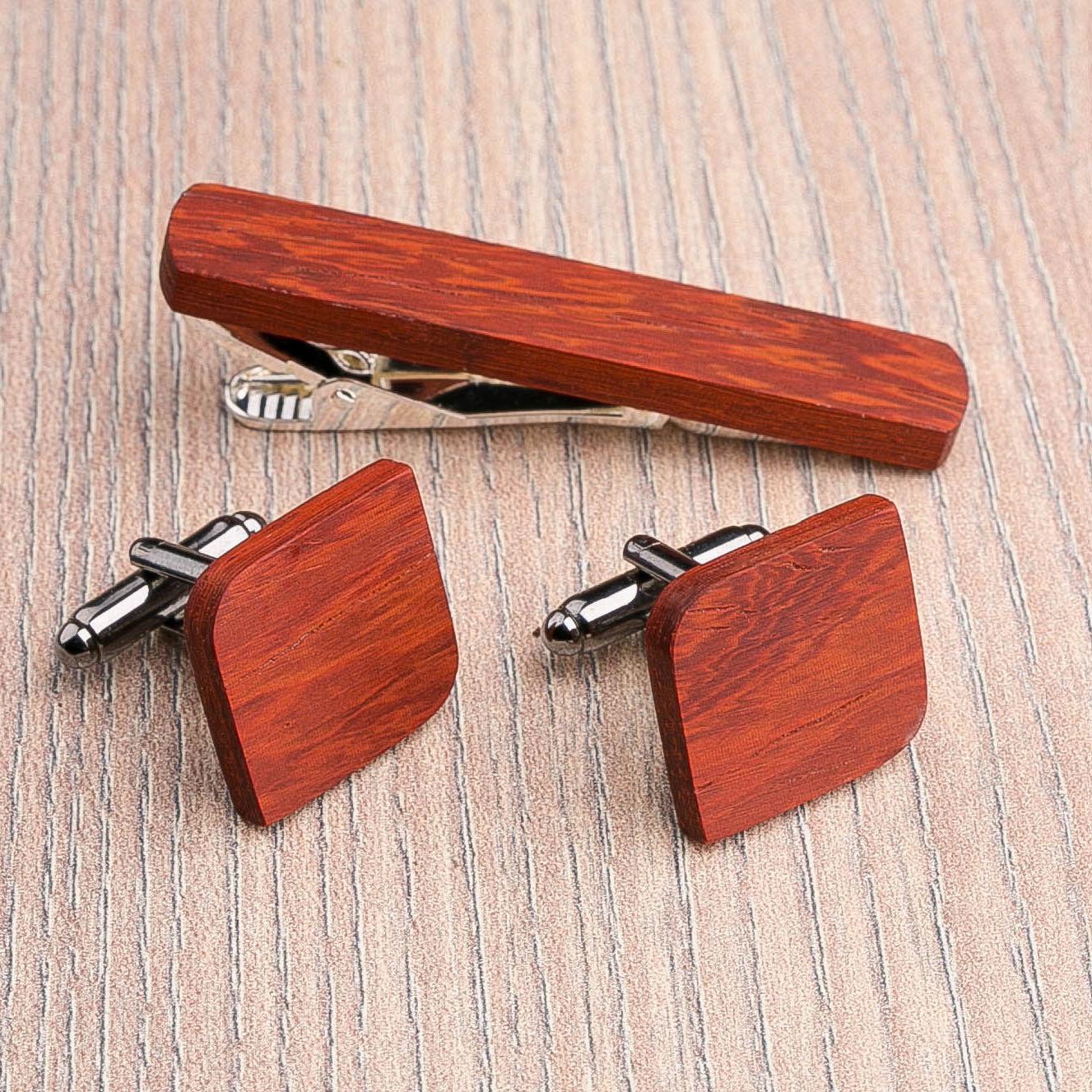 Комплект: Скругленные запонки из дерева и Деревянный зажим для галстука. Массив падука. Гравировка инициалов. Упаковка в комплекте CufflinksSet-RndSquarePadauk