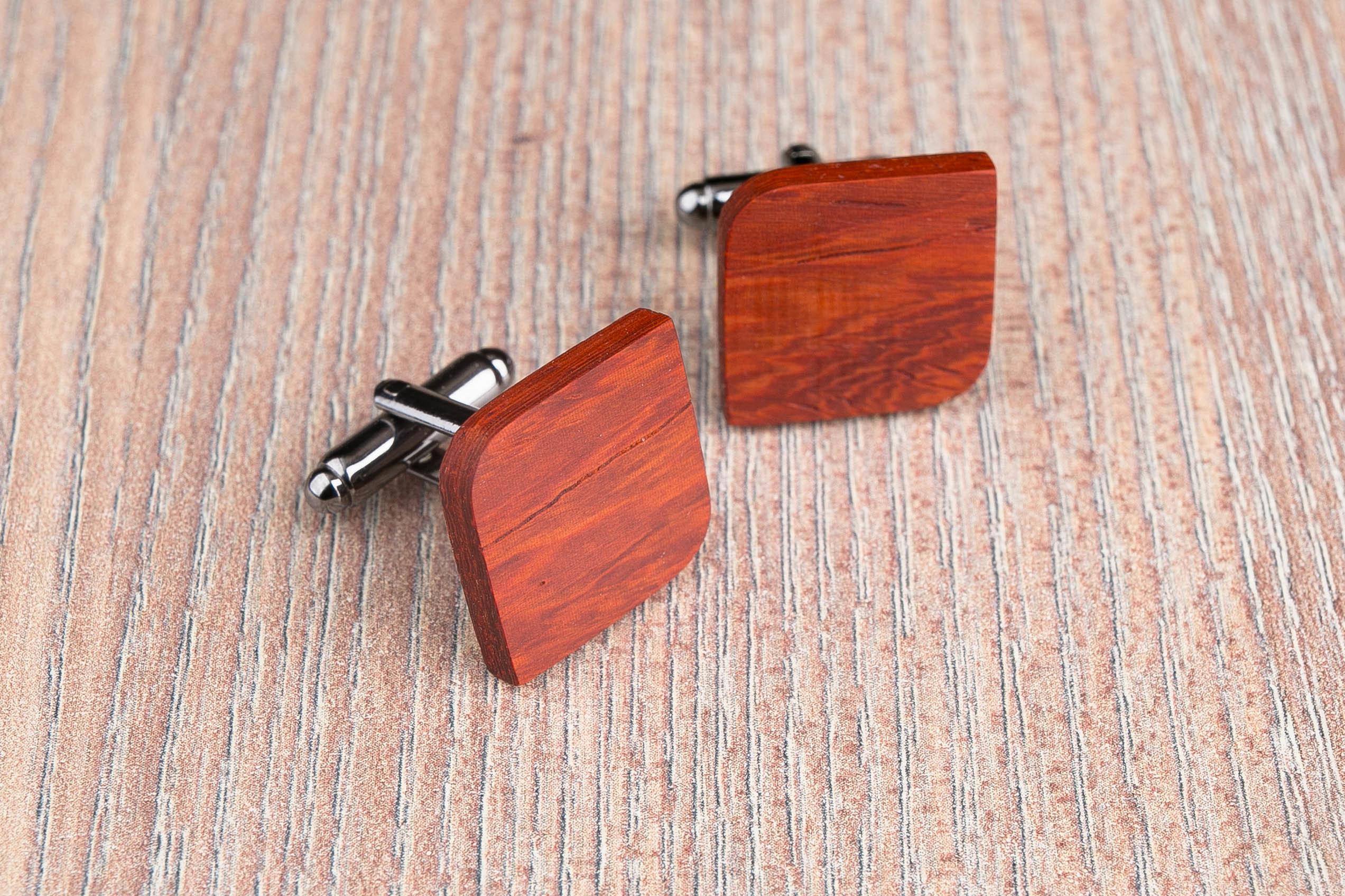 Комплект: Скругленные запонки из дерева и Деревянный зажим для галстука. Массив падука. Гравировка инициалов. Упаковка в комплекте